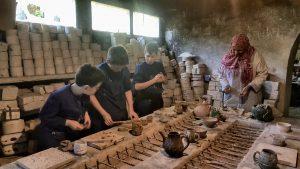 Artisane de poterie
