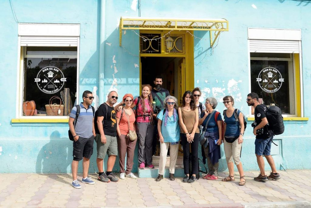 Groupe de participants devant l'espace d'accueil de DAR EL AIN avec l'équipe